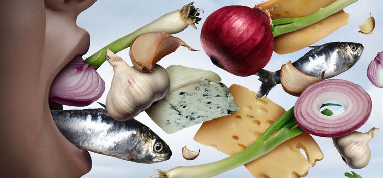 Hindari makanan yang menyebabkan bau mulut